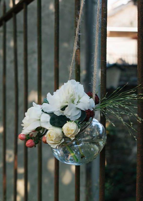 bouquet accroché à une grille